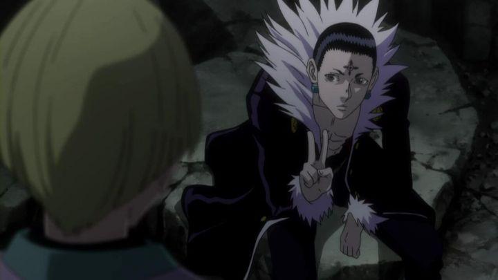 新アニメ版HUNTER×HUNTERで幻影旅団のアジトの中でクロロがピースをしている